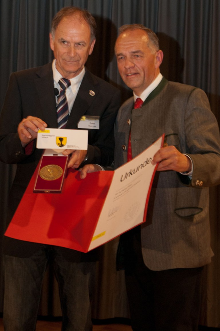 Vzbgm. Richard Pfeiler übergibt das Stadtwappen an Obmann Ernst Thurner
